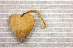 Διακοσμητικές καρδιές στο ξύλο Ανασκόπηση υφάσματος στοκ εικόνα με δικαίωμα ελεύθερης χρήσης