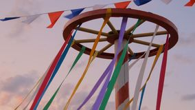 Διακοσμητικές πολύχρωμες κορδέλλες στην ξύλινη κατασκευή ροδών απόθεμα βίντεο