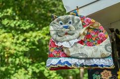 Διακοσμητική γάτα που ράβεται από τα διαφορετικά κομμάτια του υφάσματος στοκ εικόνα με δικαίωμα ελεύθερης χρήσης