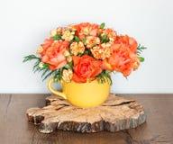 Διακοσμητική ρύθμιση λουλουδιών με τα τριαντάφυλλα και τα γαρίφαλα στοκ φωτογραφία