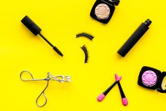 Διακοσμητικό καλλυντικό που τίθεται με το ρόλερ και mascara μαστιγίων στην κίτρινη τοπ άποψη υποβάθρου γραφείων γυναικών στοκ φωτογραφία με δικαίωμα ελεύθερης χρήσης