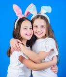 Διακοπές άνοιξη παιδική ηλικία ευτυχής σκοτεινό πορτρέτο δύο πελεκάνων φιλίας έννοιας ανασκόπησης υγρό Πάσχα vibes Πάσχα ευτυχές  στοκ εικόνες