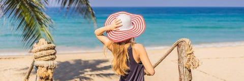 Διακοπές στο τροπικό νησί Γυναίκα στο καπέλο που απολαμβάνει τη θέα θάλασσας από το ξύλινο ΕΜΒΛΗΜΑ γεφυρών, ΜΑΚΡΟΧΡΟΝΙΟ ΣΧΗΜΑ στοκ φωτογραφία