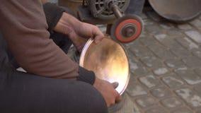 Διαμόρφωση ενός παραδοσιακού πιάτου βαρελοποιών με μια σμύριδα στην αγορά βιοτεχνών Fes, Μαρόκο, Βόρεια Αφρική φιλμ μικρού μήκους