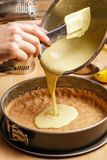 Διαδικασία εύγευστο cheesecake λεμονιών - χύνοντας ζύμη στοκ φωτογραφία με δικαίωμα ελεύθερης χρήσης