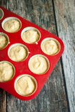 Διαδικασία τα σπιτικά cupcakes στοκ φωτογραφία