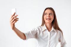 διασκέδαση πατέρων παιδιών που έχει να παίξει από κοινού Στάση γυναικών που απομονώνεται στο λευκό που παίρνει selfie στο smartph στοκ εικόνα