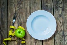 Διατροφή έννοιας και απώλεια βάρους στην ξύλινη τοπ άποψη υποβάθρου στοκ εικόνα
