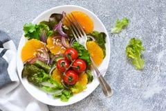 Διατροφή Detox Σαλάτα με το πορτοκάλι, το κρεμμύδι και τους σπόρους στον πίνακα κουζινών στοκ φωτογραφία με δικαίωμα ελεύθερης χρήσης