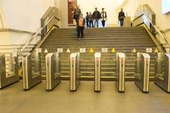 διαφήμιση Οι άνθρωποι πηγαίνουν στη μετάβαση μέσω των ηλεκτρονικών περιστροφικών πυλών στο σταθμό μετρό στη Αγία Πετρούπολη, Ρωσί στοκ φωτογραφίες με δικαίωμα ελεύθερης χρήσης