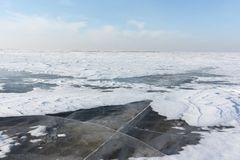 Διαφανής πάγος στον ποταμό, δεξαμενή Ob, Σιβηρία, Ρωσία στοκ εικόνες με δικαίωμα ελεύθερης χρήσης