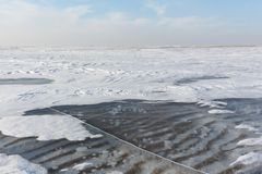 Διαφανής πάγος στον ποταμό, δεξαμενή Ob, Σιβηρία, Ρωσία στοκ εικόνες