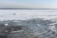 Διαφανής πάγος στον ποταμό, δεξαμενή Ob, Σιβηρία, Ρωσία στοκ φωτογραφίες