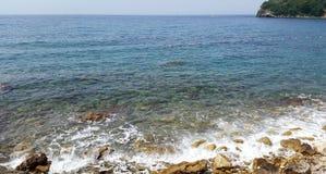 Διαφανείς νερό και βράχοι σε Budva Μαυροβούνιο στοκ εικόνα