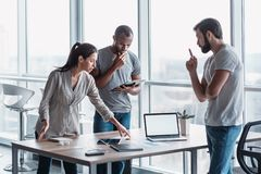 Διαφορετική ομάδα συναδέλφων που συζητούν τη επιχειρησιακή στρατηγική μαζί κατά τη διάρκεια μιας συνεδρίασης σε ένα γραφείο στοκ εικόνες με δικαίωμα ελεύθερης χρήσης