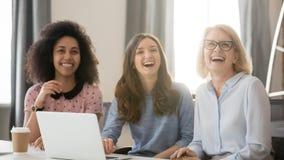 Διαφορετικοί ευτυχής νέος και παλαιός το γέλιο που συμμετέχεται στη συνεδρίαση στοκ εικόνες με δικαίωμα ελεύθερης χρήσης