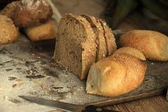 Διαφορετικοί τύποι ψημένων ψωμιών σε έναν σκοτεινό πίνακα brow Ψωμί σε ένα καφετί υπόβαθρο στον πίνακα στοκ φωτογραφία με δικαίωμα ελεύθερης χρήσης