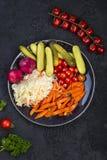 Διαφορετικοί τύποι παστωμένων λαχανικών σε ένα σκοτεινό υπόβαθρο στοκ εικόνες