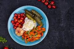 Διαφορετικοί τύποι παστωμένων λαχανικών σε ένα σκοτεινό υπόβαθρο στοκ φωτογραφίες με δικαίωμα ελεύθερης χρήσης