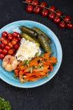 Διαφορετικοί τύποι παστωμένων λαχανικών σε ένα σκοτεινό υπόβαθρο στοκ φωτογραφία με δικαίωμα ελεύθερης χρήσης