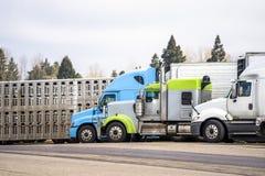 Διαφορετικό πρότυπο των μεγάλων ημι φορτηγών εγκαταστάσεων γεώτρησης με τη διαφορετική ημι στάση ρυμουλκών στη θέση στάθμευσης στ στοκ φωτογραφίες