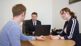 Δικηγόρος ατόμων που μιλά με το παντρεμένο ζευγάρι στο δικηγορικό γραφείο Έννοια υπηρεσιών δικηγόρων απόθεμα βίντεο