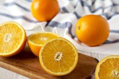 Διχοτομημένα και ολόκληρα πορτοκάλια, πλάγια όψη Κινηματογράφηση σε πρώτο πλάνο Εκλεκτική εστίαση στοκ εικόνες