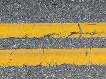 Διπλές κίτρινες γραμμές στο δρόμο στοκ εικόνες