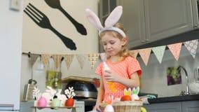 Δοκιμάζοντας κρέμα κοριτσιών διακοσμώντας τα μπισκότα απόθεμα βίντεο