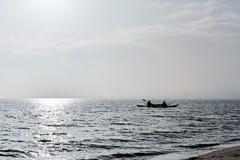 Δύο άνθρωποι στα καγιάκ στον ωκεανό στοκ εικόνα
