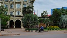 Δύο άνθρωποι που οδηγούν ένα μηχανικό δίκυκλο μηχανών κοντά σε ένα ξενοδοχείο στη νοτιοανατολική Ασία, ένα συννεφιάζω βράδυ, τροπ στοκ φωτογραφίες με δικαίωμα ελεύθερης χρήσης