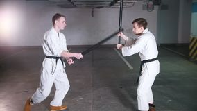 Δύο άτομα στο kendo κατάρτισης κιμονό σε έναν χώρο στάθμευσης απόθεμα βίντεο