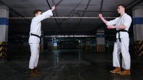 Δύο άτομα που χαιρετούν το ένα το άλλο πριν από την πάλη ξιφών κατάρτισης φιλμ μικρού μήκους