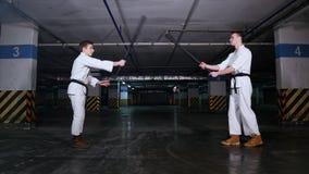 Δύο άτομα που χαιρετούν το ένα το άλλο πριν από την πάλη ξιφών κατάρτισης και την κατάρτιση ενάρξεων απόθεμα βίντεο