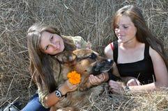 Δύο έφηβη που χαλαρώνουν στο χωριό στοκ εικόνες με δικαίωμα ελεύθερης χρήσης