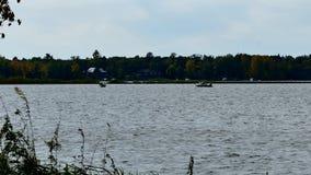 Δύο αλιευτικά σκάφη σε μια λίμνη το πρώιμο φθινόπωρο φιλμ μικρού μήκους