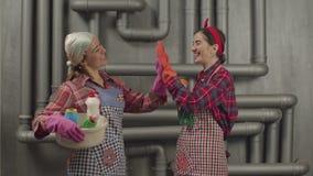 Δύο γυναίκες οικονόμων έτοιμες να καθαρίσουν επάνω το σπίτι απόθεμα βίντεο