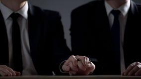 Δύο επίσημα άτομα που κρατούν τα χέρια, ομοφυλοφιλικές σχέσεις για την κίνηση επάνω στη σκάλα σταδιοδρομίας στοκ εικόνες