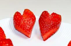 Δύο κόκκινες φράουλες που διαμορφώνονται όπως τις καρδιές στοκ φωτογραφία με δικαίωμα ελεύθερης χρήσης