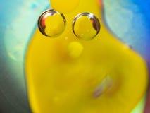 Δύο διαφανείς φυσαλίδες στο ζωηρόχρωμο αφηρημένο υπόβαθρο Κλείστε αυξημένος ανασκόπηση που θολώνεται Εκλεκτική μαλακή εστίαση Δύο στοκ φωτογραφία