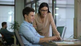 Δύο συνάδελφοι που εργάζονται στο lap-top, ομάδα που συνεργάζεται στη μελέτη ανάπτυξης Ιστού φιλμ μικρού μήκους