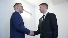 Δύο συνέταιροι που τινάζουν τα χέρια μετά από την επιτυχή διαπραγμάτευση στο εταιρικό γραφείο απόθεμα βίντεο