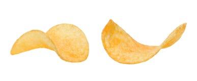 Δύο τριζάτες φέτες των τσιπ πατατών σε ένα απομονωμένο λευκό υπόβαθρο κλείστε επάνω στοκ φωτογραφία