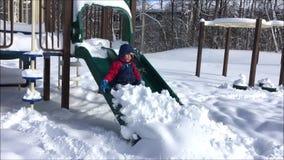 Δύο παιδιά που παίζουν στη ισχυρή χιονόπτωση φιλμ μικρού μήκους