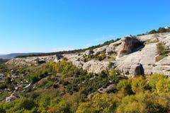 Δύσκολες άνοδοι λόφων επάνω από την κοιλάδα το φθινόπωρο στοκ εικόνα με δικαίωμα ελεύθερης χρήσης