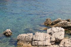 Δύσκολη ακτή της αδριατικής θάλασσας στην κινηματογράφηση σε πρώτο πλάνο της Κροατίας στοκ εικόνα