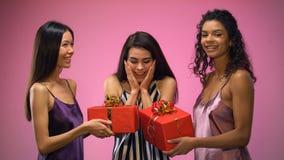 Δόσιμο γυναικών παρόν στον έκπληκτο φίλο, γιορτή γενεθλίων όλος-κοριτσιών, συγκινήσεις απόθεμα βίντεο