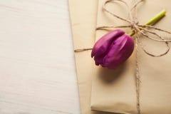 Δώρο τεχνών άνοιξη με την τουλίπα, παρόν για των γυναικών ή ημέρα μητέρων στοκ εικόνα