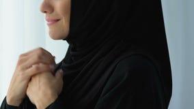 Δυστυχισμένη μουσουλμανική γυναίκα που κοιτάζει στο παράθυρο και που φωνάζει, εξαπάτηση συζύγων προσοχής απόθεμα βίντεο