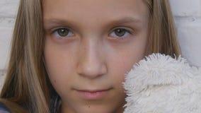 Δυστυχισμένο παιδί, λυπημένο τονισμένο παιδί άρρωστο κορίτσι στην κατάθλιψη, άρρωστο κακομεταχειρισμένο παιδί πρόσωπο φιλμ μικρού μήκους